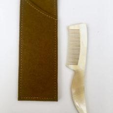 peigne moustache avec etui feutre